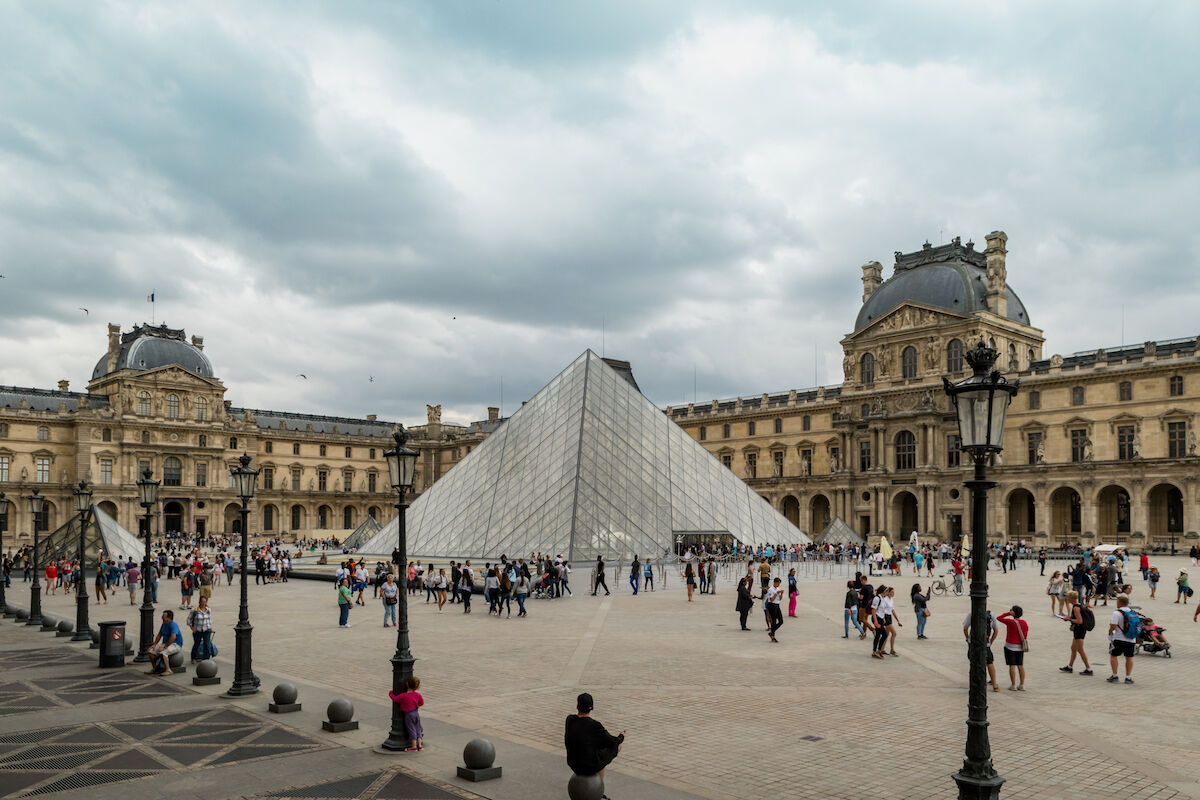 Crowds outside the Louvre. Photo by dronepicr, via Wikimedia Commons.