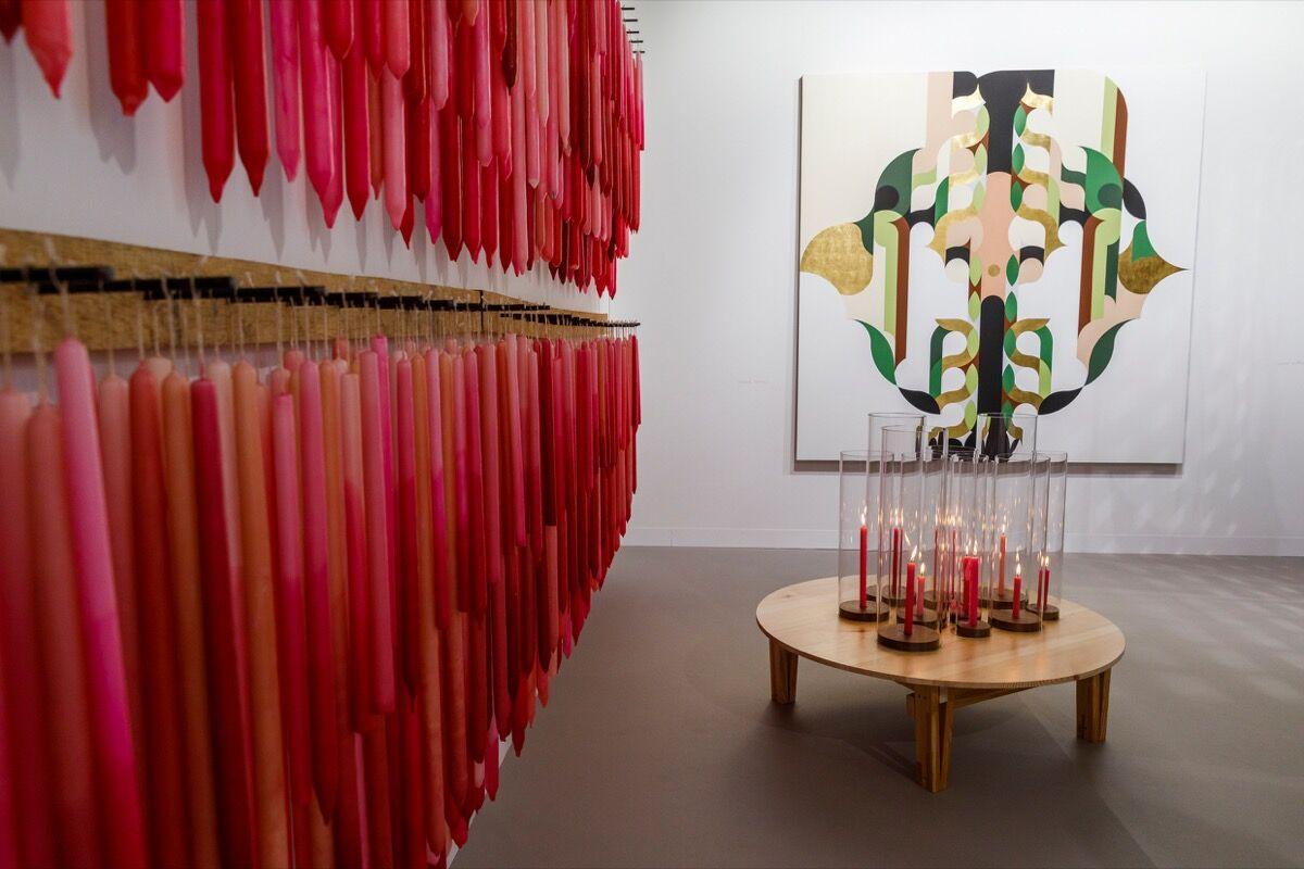 Vista da instalação do estande da kurimanzutto na Art Basel, 2019. Cortesia da Art Basel.