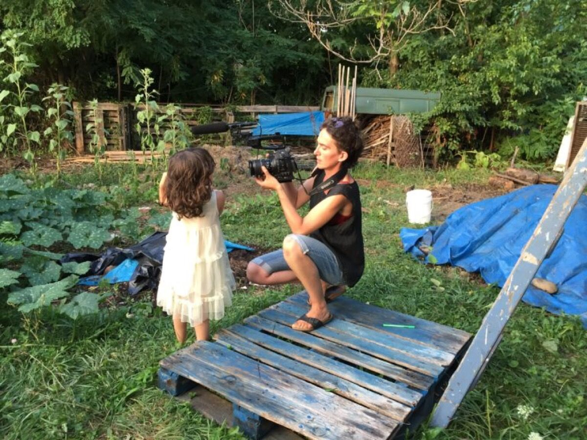 Marion Neumann and daughter Frida in the Popps Community Garden, 2016. Photo by Isamu Krieger. Courtesy of Momm and Popp.