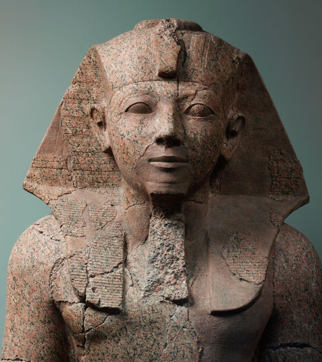 Gran estatua arrodillada de Hatshepsut, c.  1479–1458 a. C. Cortesía del Museo Metropolitano de Arte.