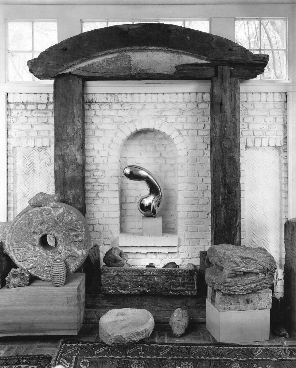 Foyer, after September 25 but before October 12, 1948. Photo by Floyd Faxon. Courtesy of Philadelphia Museum of Art, Library and Archives, Arensberg Archives. Picture artworks: Constantin Brancusi, Arch, ca. 1914-16, and Princess X, 1915-16. © Succession Brancusi – All rights reserved (ARS) 2020.