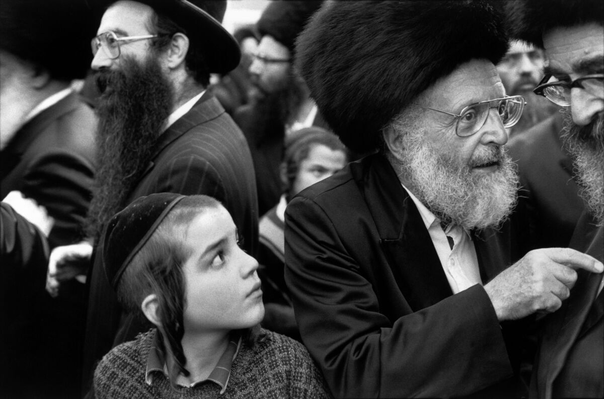 Abbas,Young and old Hassidic Jews. Jerusalem, Israel, 1991. © Abbas / Magnum Photos, courtesy ofArthur Ross Gallery, University of Pennsylvania.