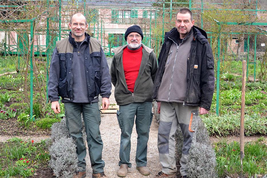 Head gardener Gibert Vahé (center), with members of his team, Rémi Lecoutre and Jean-Marie Avisard. © Fondation Claude Monet, Giverny.