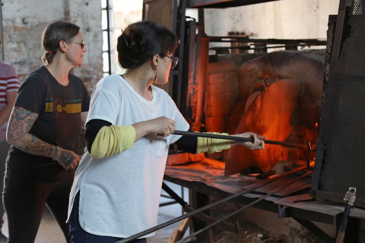 Visiting artists of the Autonoma exchange program working in a Murano furnace. Courtesy Autonoma.