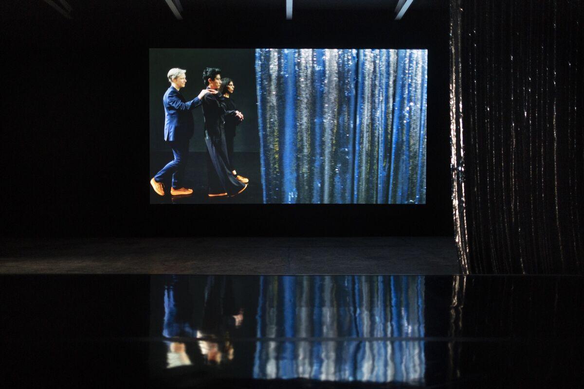 """Vista da instalação de Pauline Boudry e Renate Lorenz, """"Moving Backwards"""", para o Pavilhão da Suíça na 58ª Bienal de Veneza, 2019. Foto de Pro Helvetia / KEYSTONE / Gaëtan Bally.  Cortesia dos artistas."""