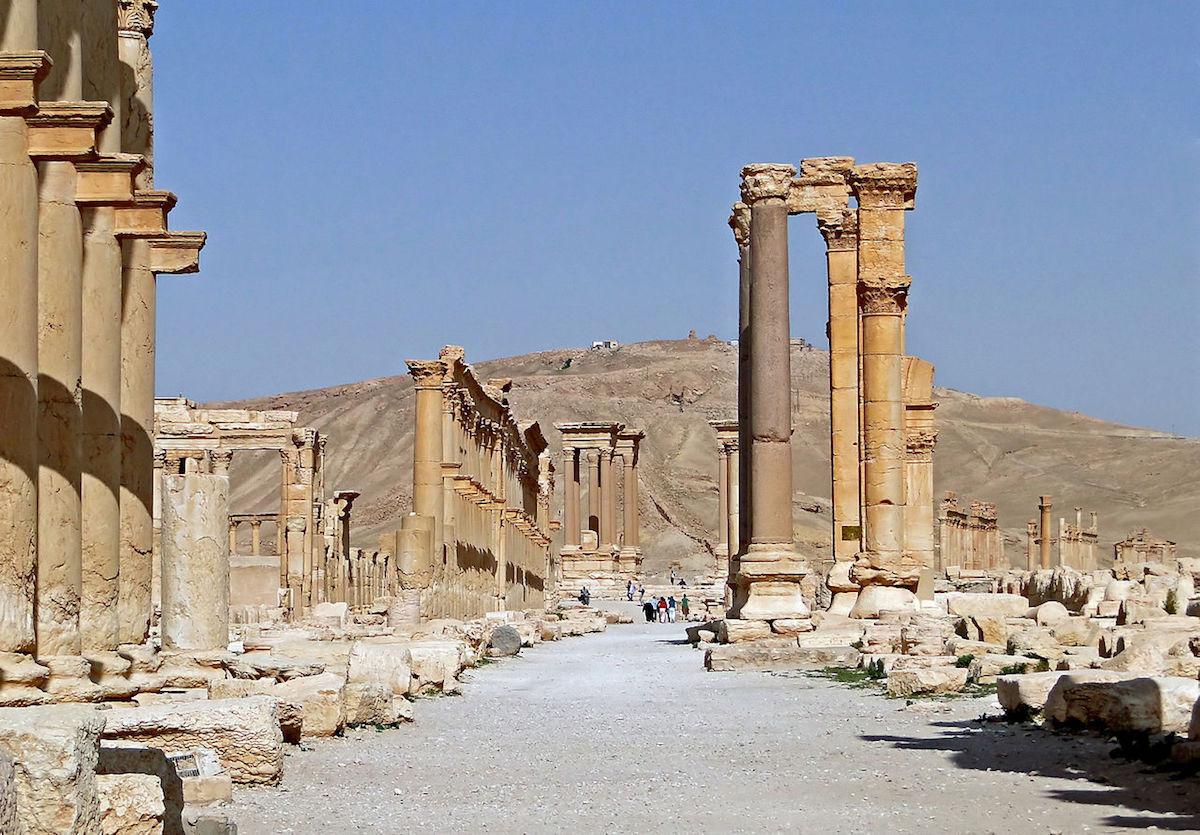 The Decumanus Maximus at Palmyra. Photo by Bernard Gagnon, via Wikimedia Commons.
