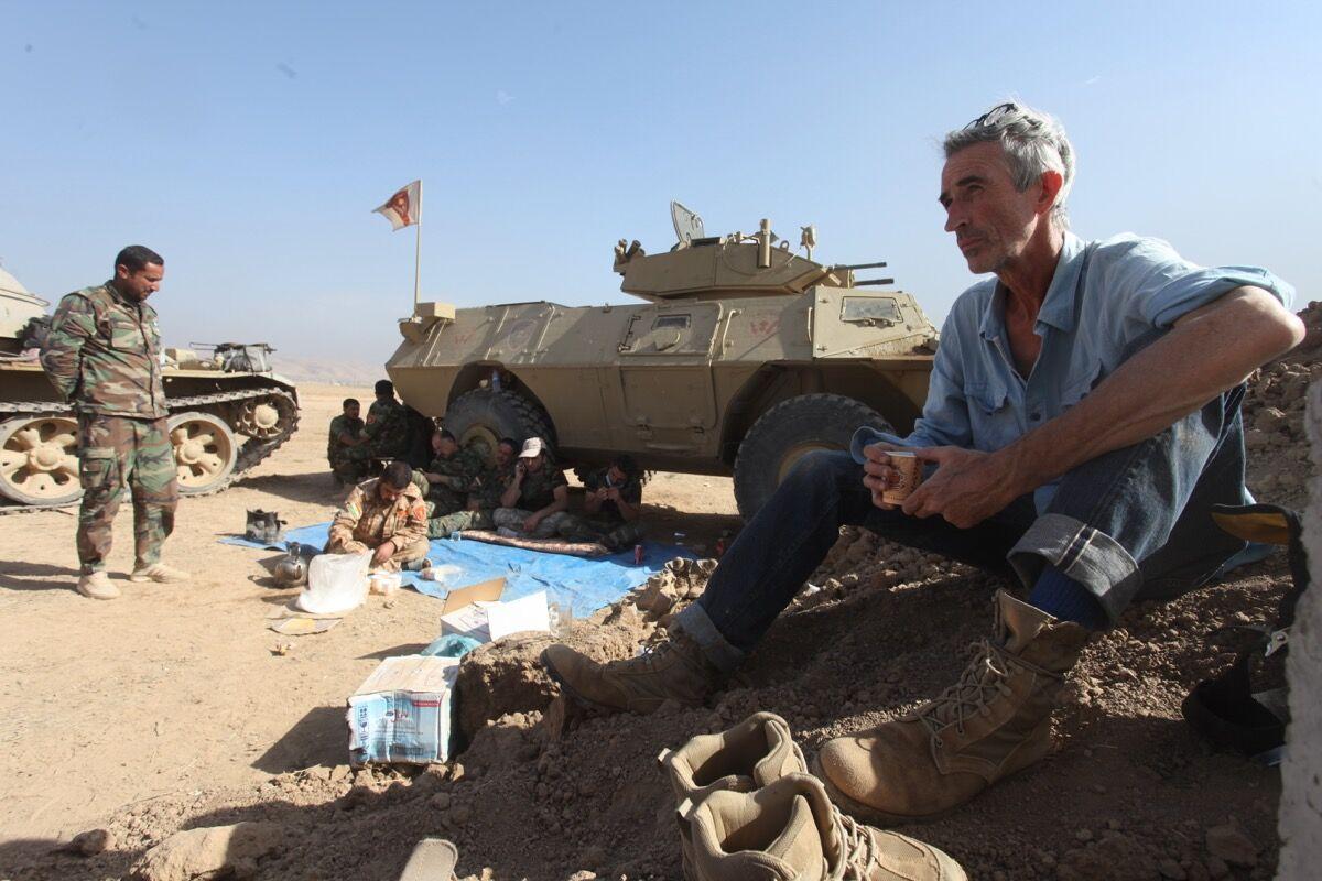 Francis Alÿs in Mosul. Photo © Akam Shex Hadi. Courtesy of the Ruya Foundation.