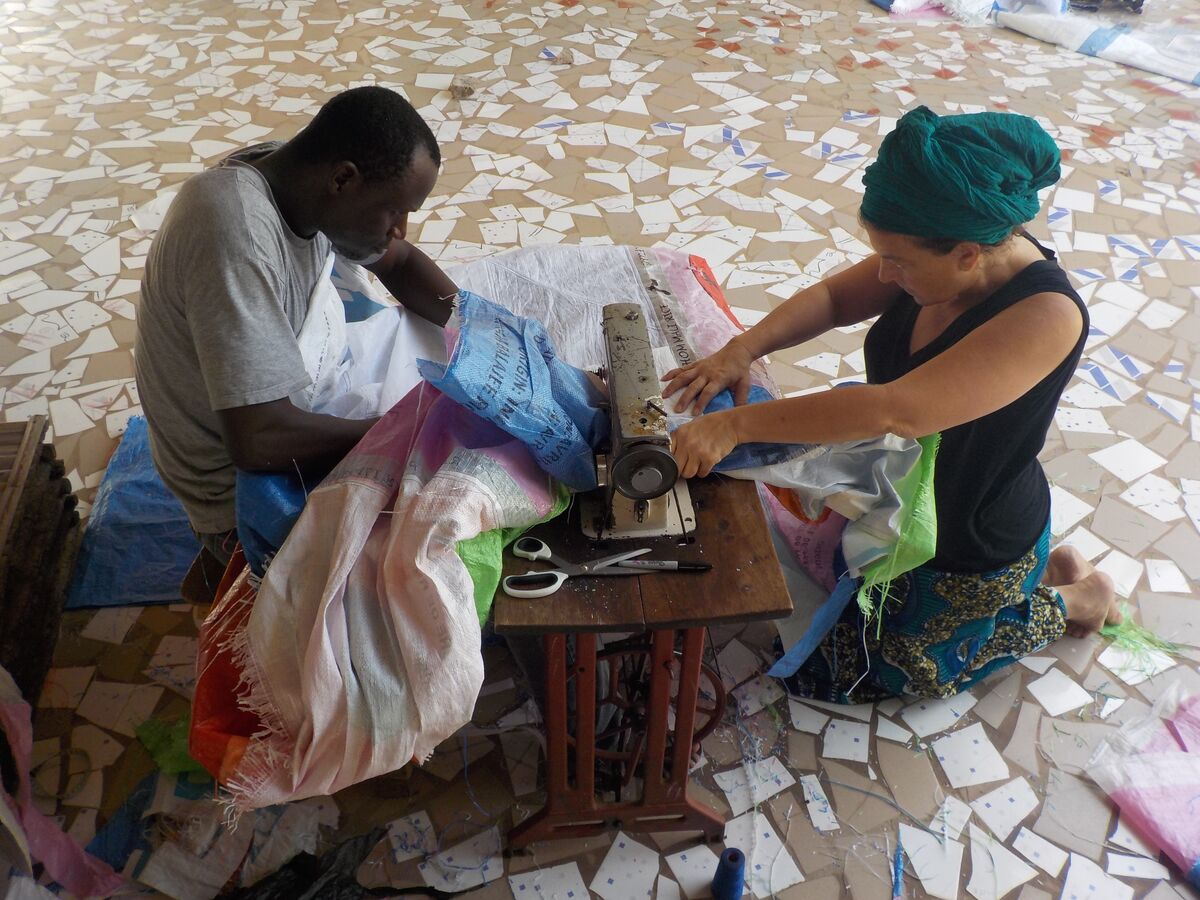 Dana Louis and Souleymane Kante collaborating on a project at Thread. Photo by Moussa Sene. Courtesy The Josef and Anni Albers Foundation.
