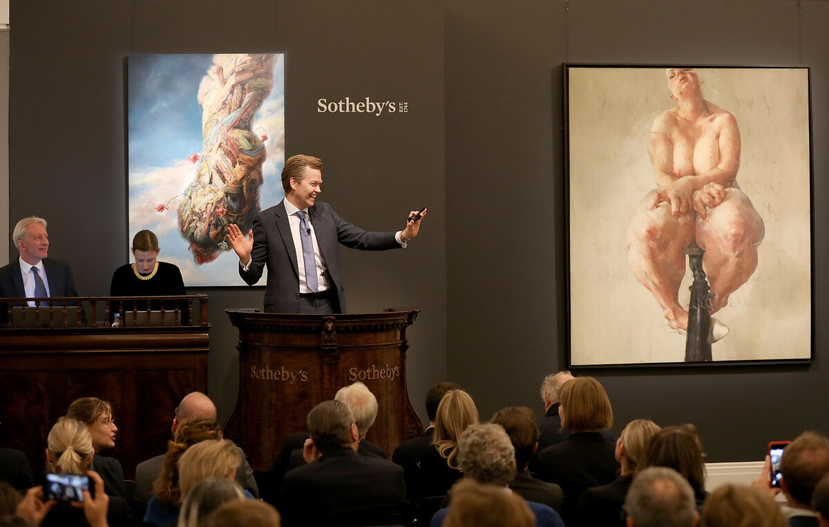 Oliver Barker fields bids for Jenny Saville's 1992 painting Propped, 2018. Photo by Tristan Fewings via Getty Images.
