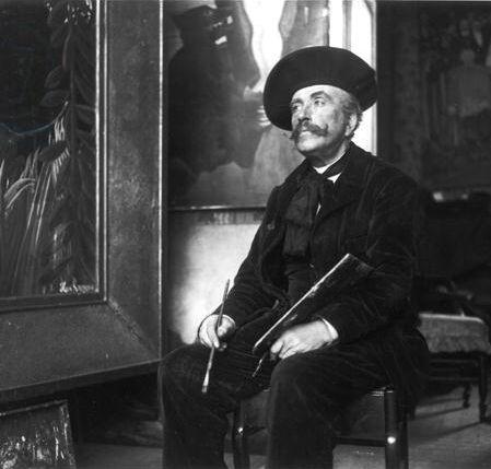 Dornac (Paul Marsan), Le peintre Henri Rousseau dans son atelier, 1907. Photo via Wikimedia Commons.