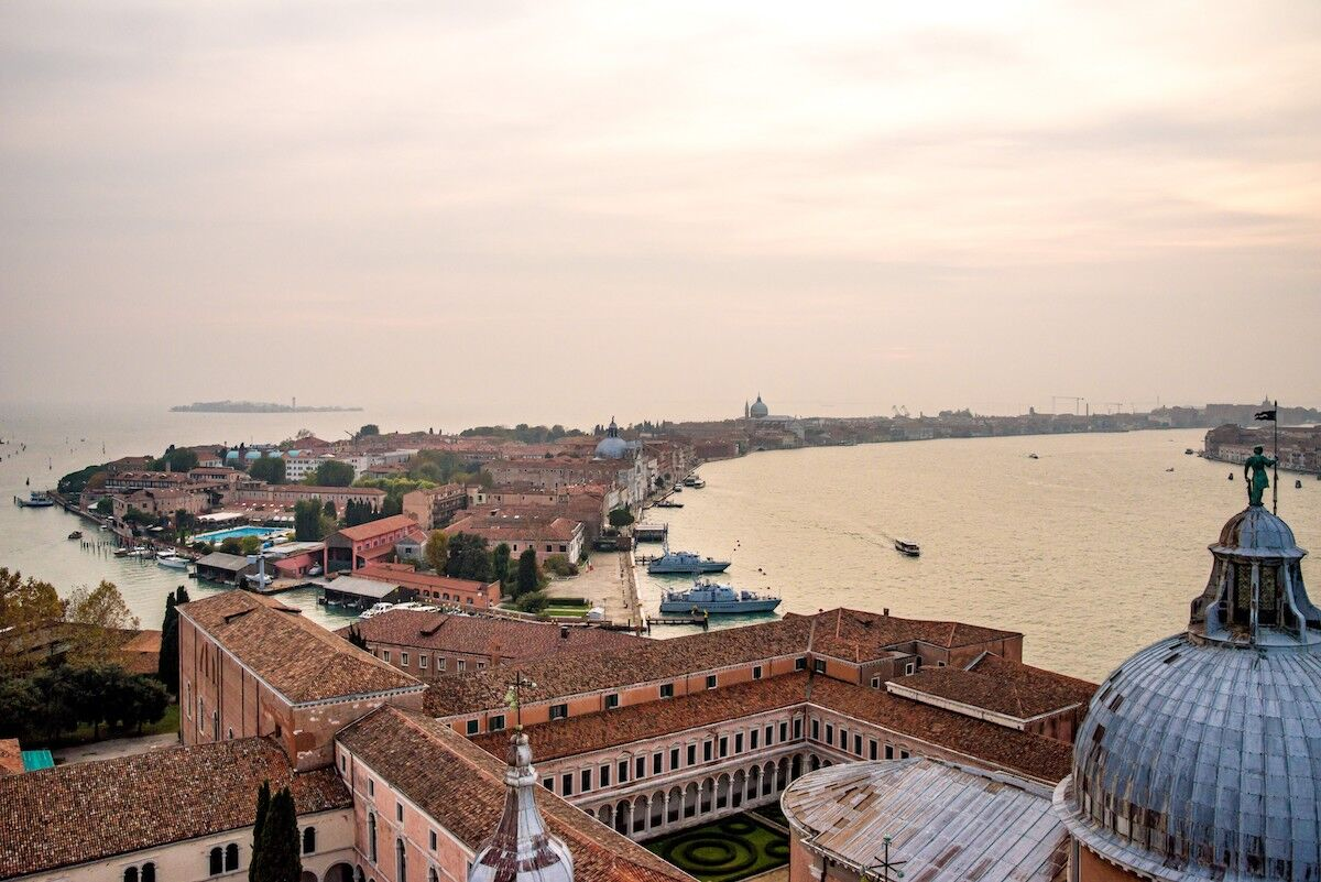 The island of Giudecca as seen from the Church of San Giorgio Maggiore. Photo © Jörgens.mi / CC BY-SA 3.0, via Wikimedia Commons.