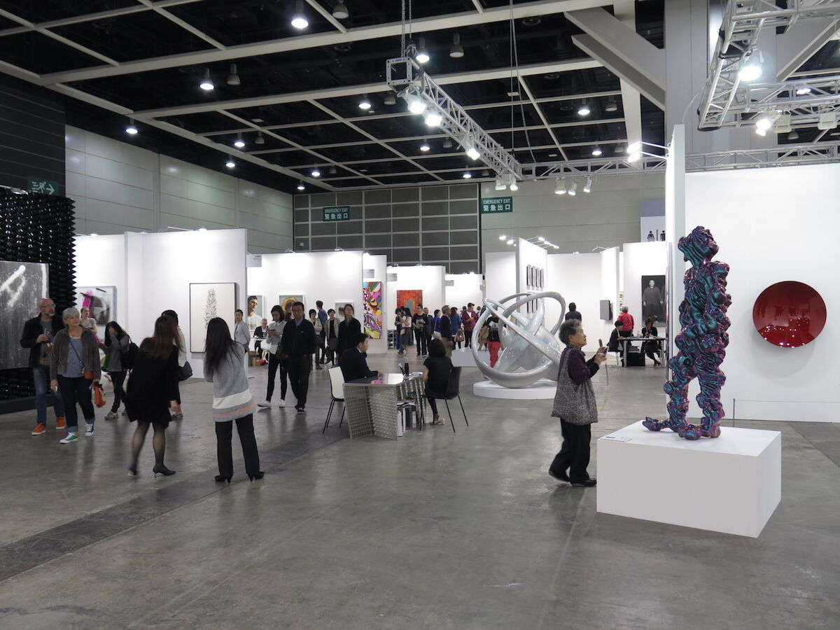 Visitors at the 2015 edition of Art Basel in Hong Kong. Photo by Wing1990hk, via Wikimedia Commons.