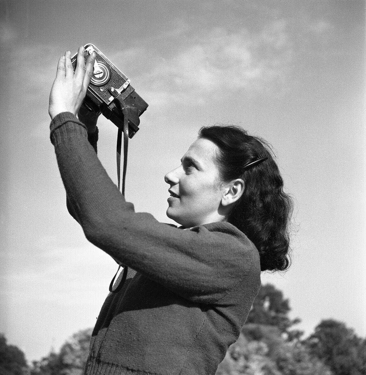 Henk Jonker, Maria Austria with camera, 1946. © Henk Jonker / MAI. Courtesy of the Jewish Historical Museum, Amsterdam.