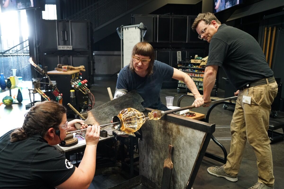 Deborah Czeresko working with CMoG's master glassmakers during her residency at the museum. Photo by Amanda Sterling. Courtesy of The Corning Museum of Glass.