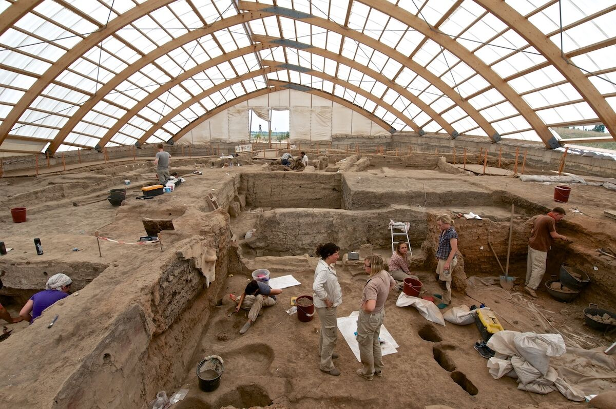 Team members of the Çatalhöyük Living Archive project, excavating in the north area of Çatalhöyük. Photo by Jason Quinlan. Image courtesy Çatalhöyük Research Project.