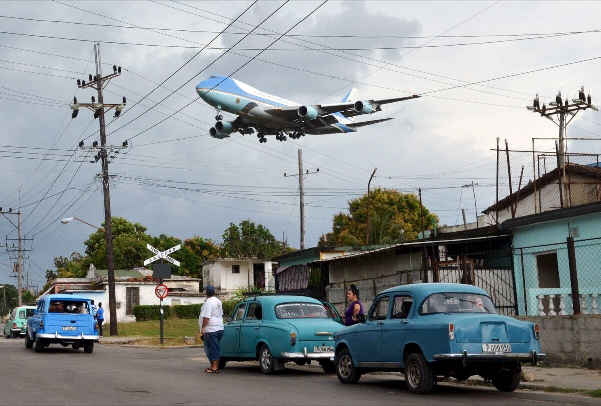 Air Force One carrying President Barack Obama and his family flies over a neighborhood of Havana as it approaches the runway to land at Havana's international airport, March 20, 2016. REUTERS/Alberto Reyes