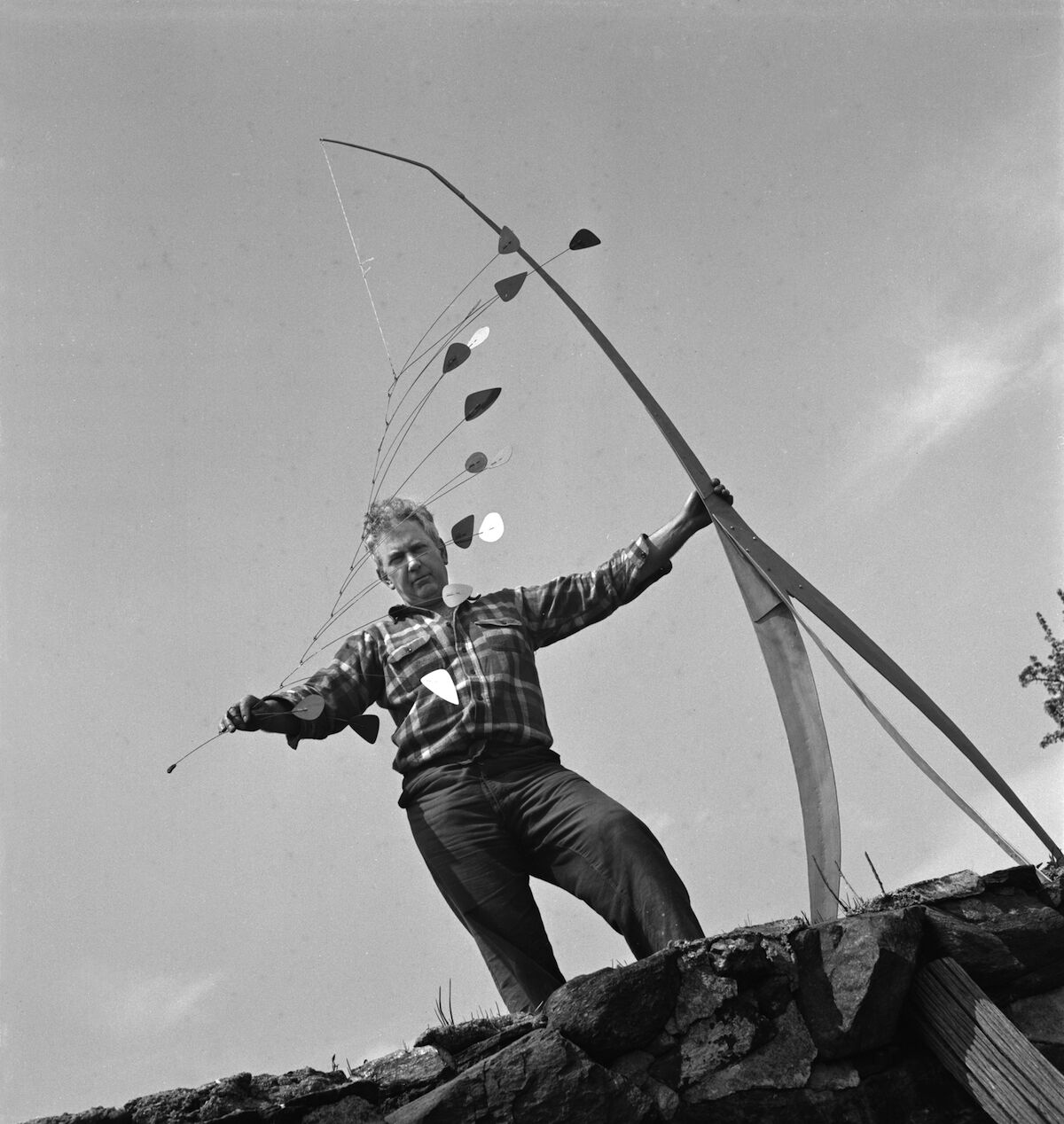 Calder with Giraffe (1941), Roxbury, 1941. Photo courtesy Calder Foundation, New York / Art Resource, New York. Artist Copyright: © 2020 Calder Foundation, New York / Artists Rights Society (ARS), New York. Photo by Herbert Matter, © 2020 Calder Foundation, New York.