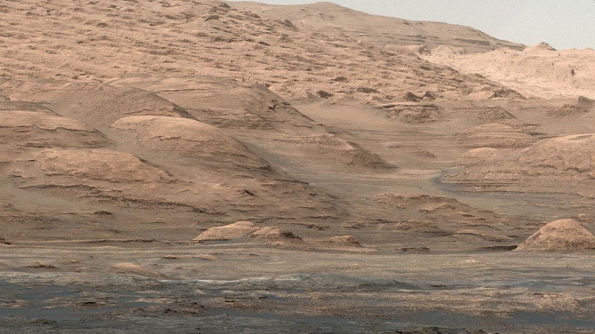 Mount Sharp Buttes, 2013. Photo by Curiosity. © NASA/JPL-Caltech/MSSS.