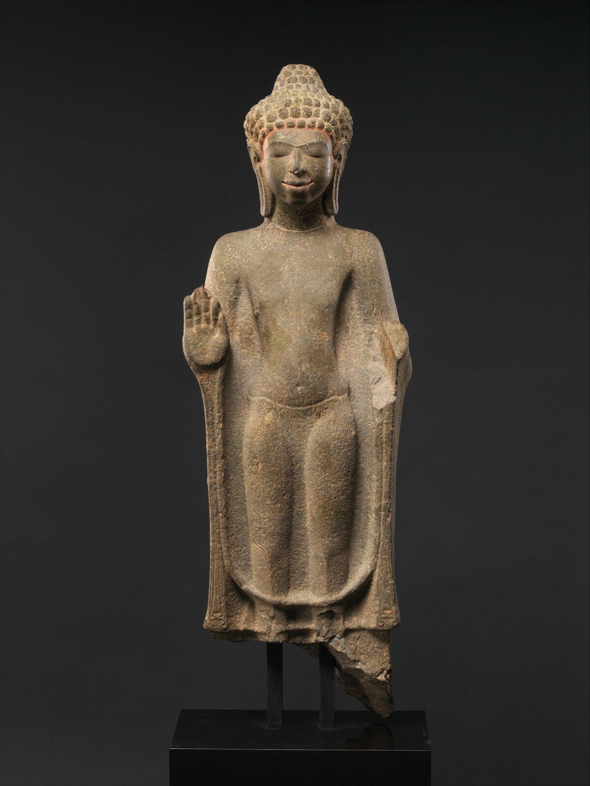 Buda de pie, siglos VII-VIII, Tailandia.  Cortesía del Museo Metropolitano de Arte.