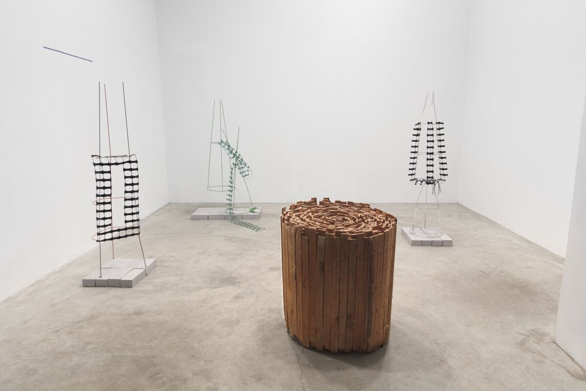 """Installation view, """"Jackie Winsor, Linnea Kniaz,"""" curated by Laura Hunt, Paula Cooper Gallery, January 11 – February 10, 2018. Courtesy of Paula Cooper Gallery, New York."""