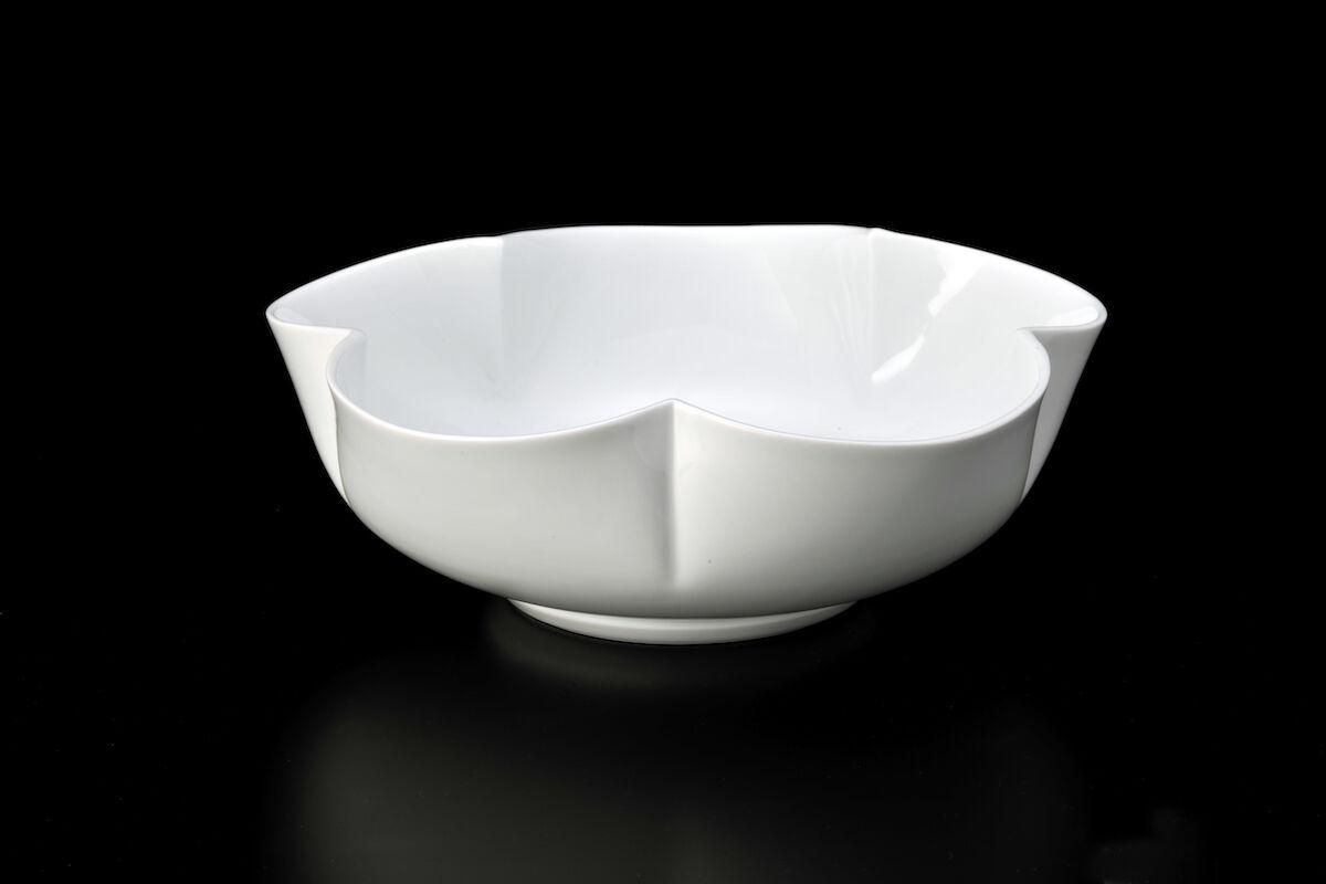 Manji Inoue,White porcelain flower shaped flower vase, 2012. Image courtesy ofIppodo Gallery.