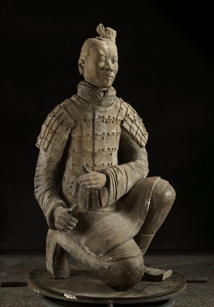 Arquero arrodillado, dinastía Qin, 221-206 a.  Cortesía del Museo de Arte de Cincinnati.