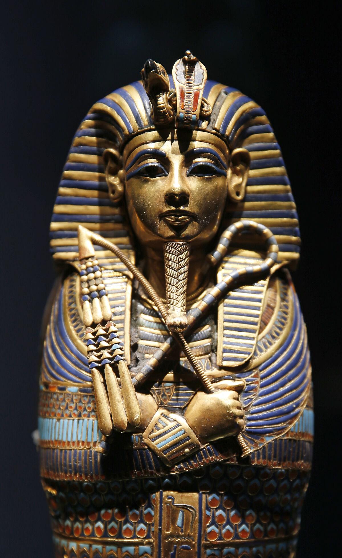 """El ataúd de Tutankamón dedicado a Imseti e Isis se exhibe durante la exposición """"Tutankamón: Tesoros del faraón dorado"""" que se celebró en el Gran Halle de La Villette.  Foto de Chesnot / Getty Images."""