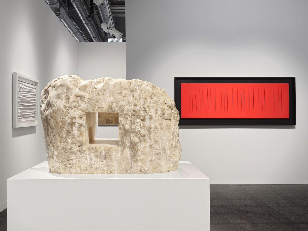 Vista de instalação do Hauser & amp; O estande de Wirth na Art Basel, 2019. Cortesia de Hauser & amp; Wirth Foto de Stefan Altenburger, Fotografia Zürich.