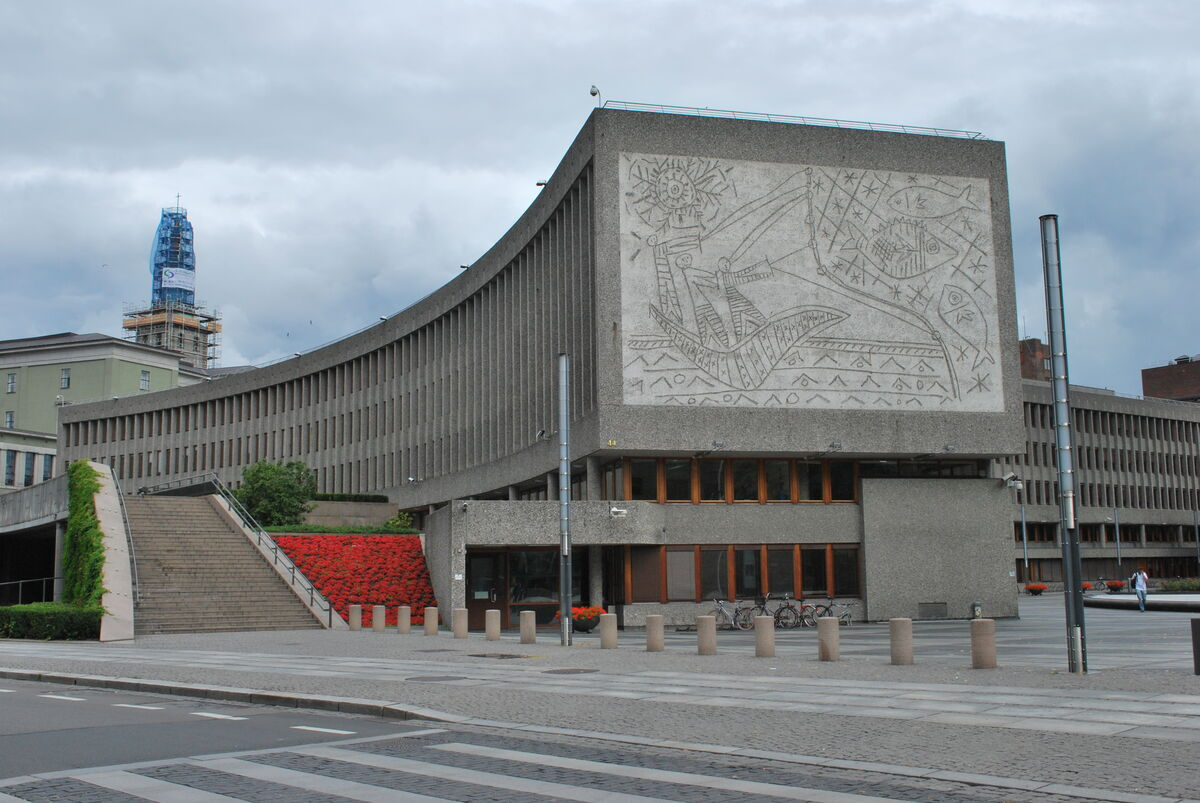 Central Government Buildings (Regjeringskvartalet), Oslo, with decoration The Fishermen by Carl Nesjar after sketches by Pablo Picasso. Photo by Helge Høifødt via Wikimedia Commons.