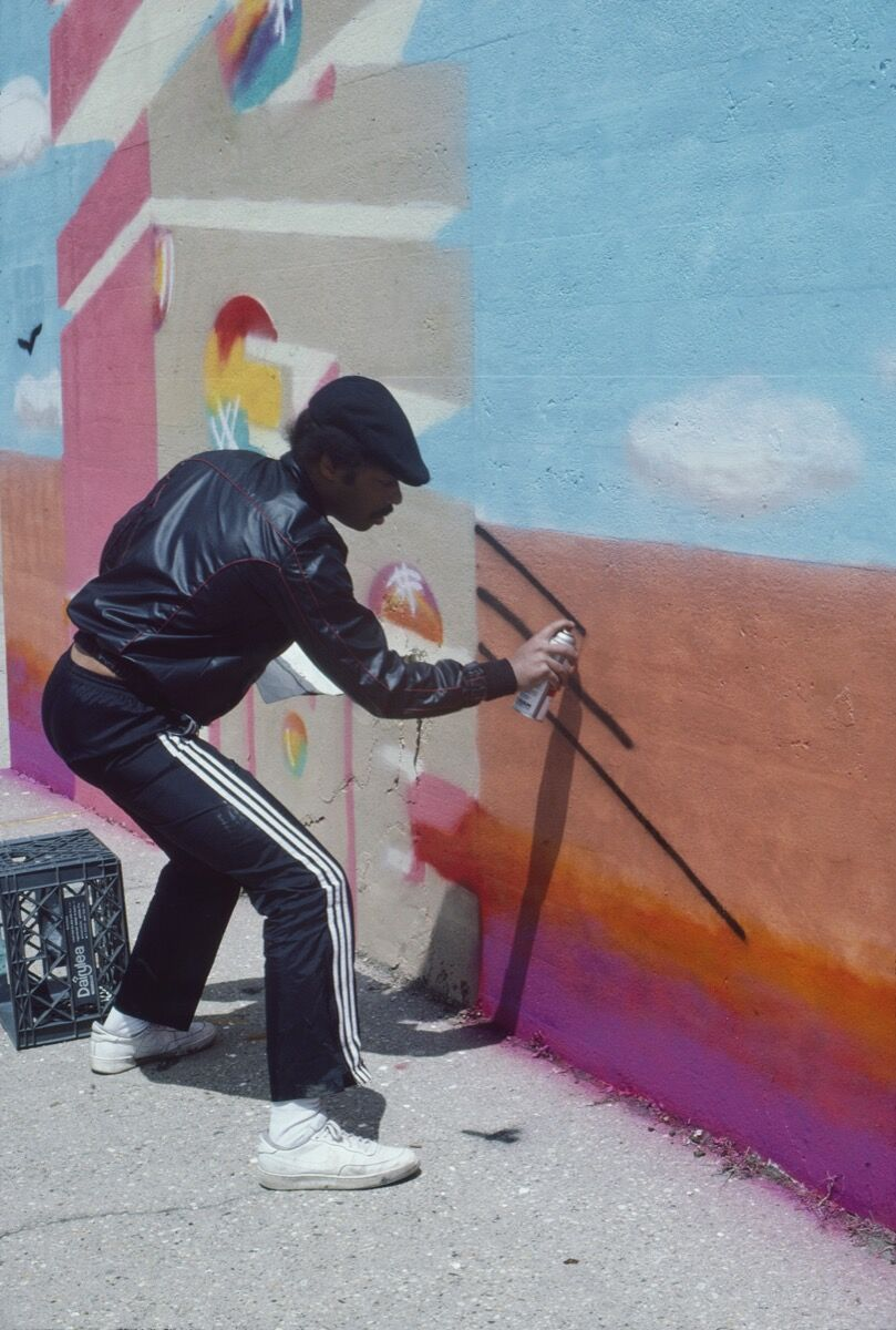 Henry Chalfant, BLADE paints a Handball Court at Orchard Beach, 1986. © 2018 Henry Chalfant / Artists Rights Society (ARS), New York. Courtesy Eric Firestone Gallery, New York.