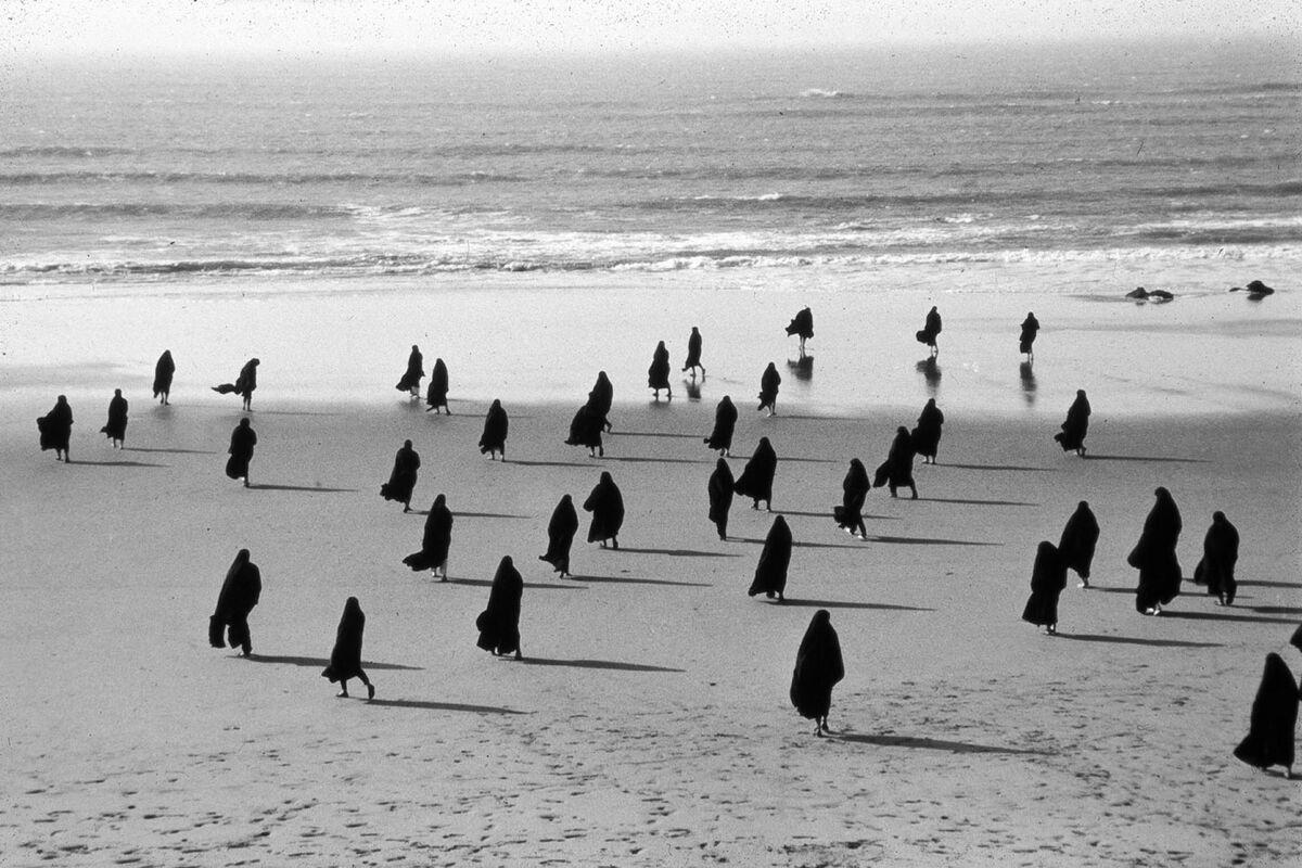 Shirin Neshat, Rapture (still), 1999. © Shirin Neshat. Photo by Larry Barns. Courtesy of Galerie Jérôme de Noirmont, Paris.