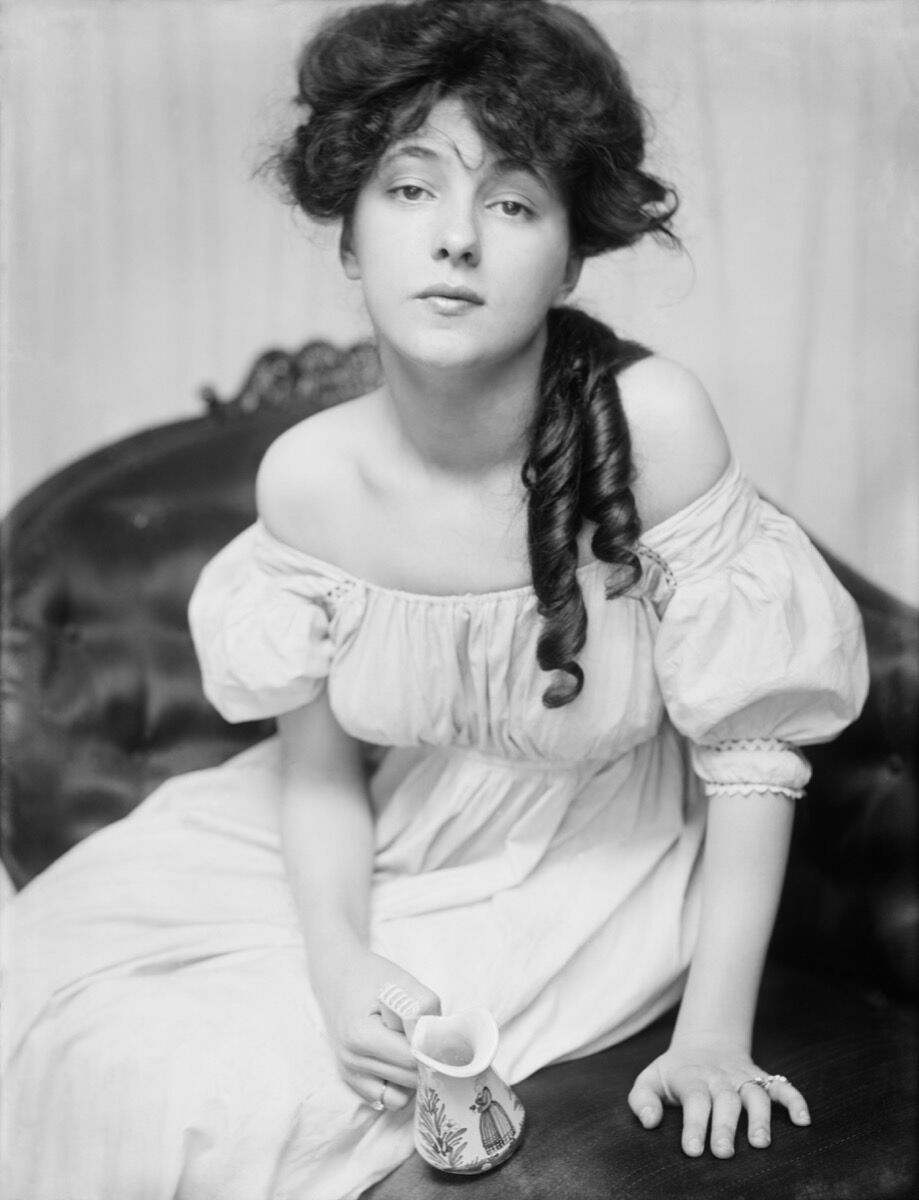 Evelyn Nesbit, 1900. Image via Wikimedia Commons.
