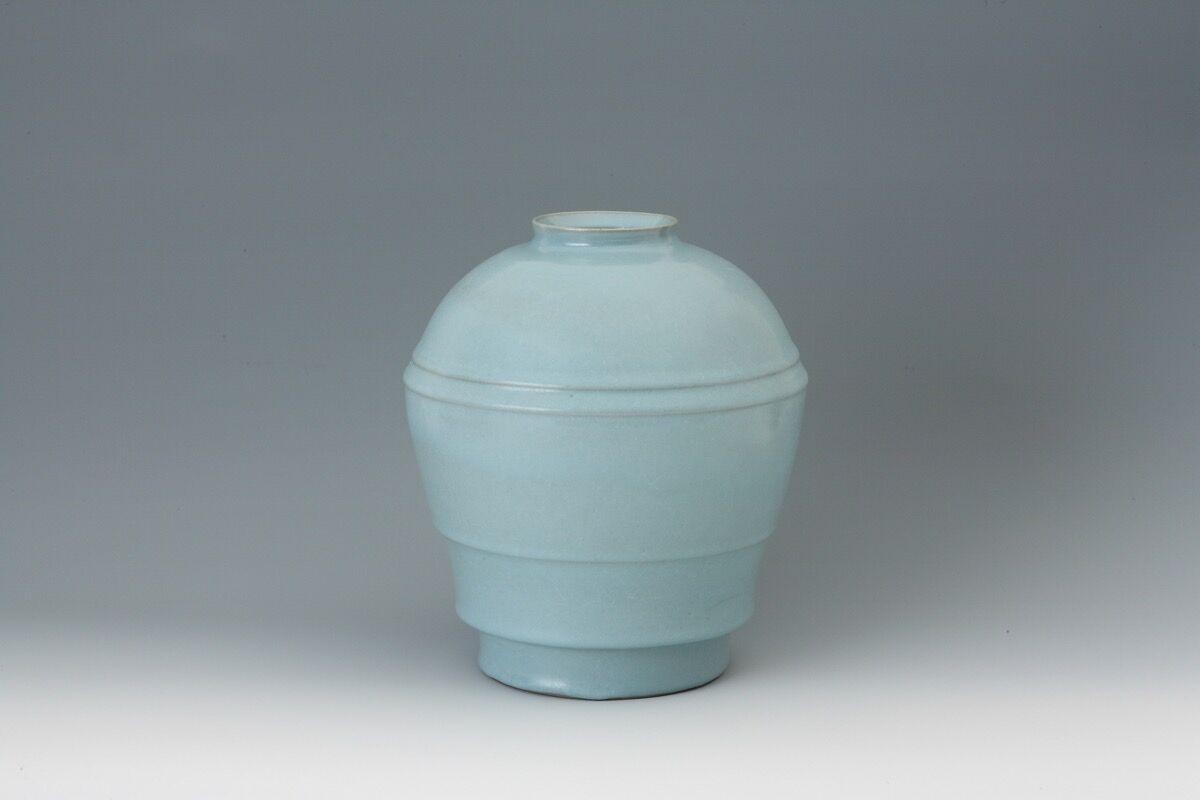Nakajima Hiroshi,Ten seiji (sky blue)-celadon jar with carved lines, 2014. Image courtesy of the artist and Onishi Gallery.