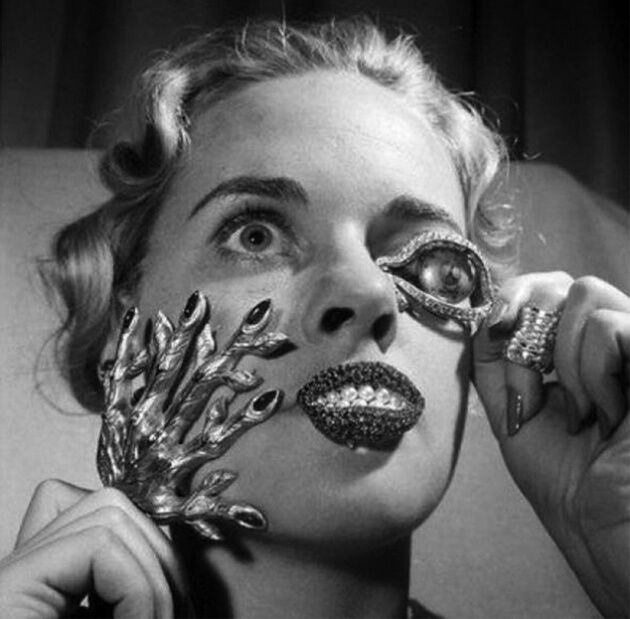 Example of Salvador Dalí's jewelry.