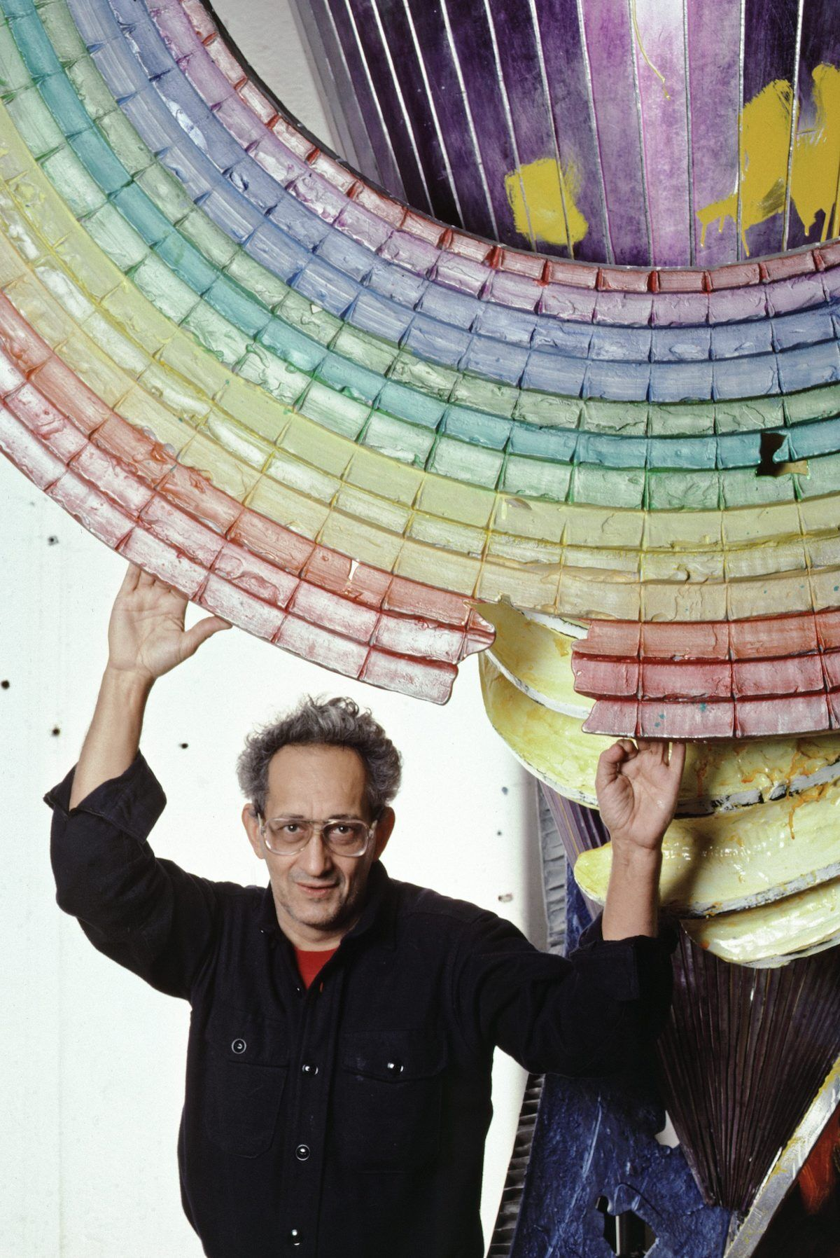 Portrait of Frank Stella with his work in his New York studio in 1987. Photo by Jack Mitchell/Getty Images.