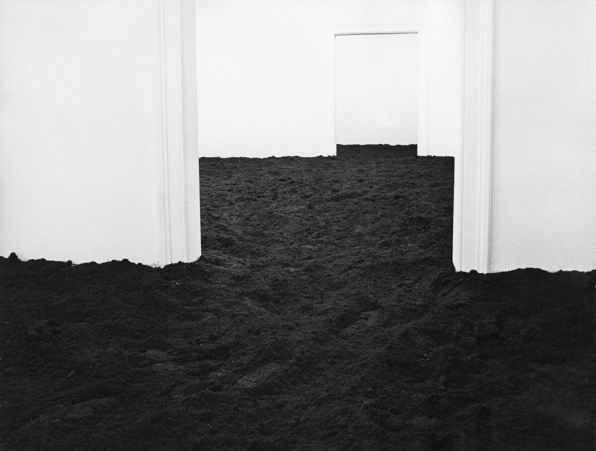 Walter De Maria, Munich Earth Room, 1968. Photo by Heide Stolz. © The Estate of Walter De Maria. Courtesy of Dia Art Foundation