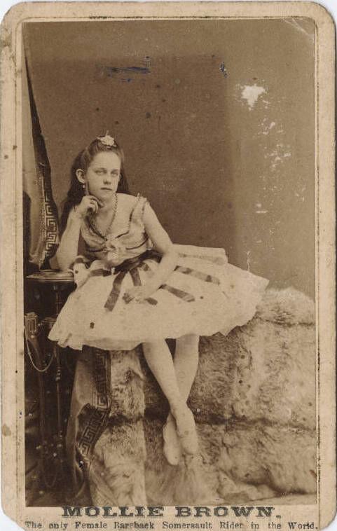 La pequeña Molly Brown, la única mujer jinete de salto mortal a pelo en el mundo.  Imagen de la Biblioteca Beinecke, a través de Flickr.