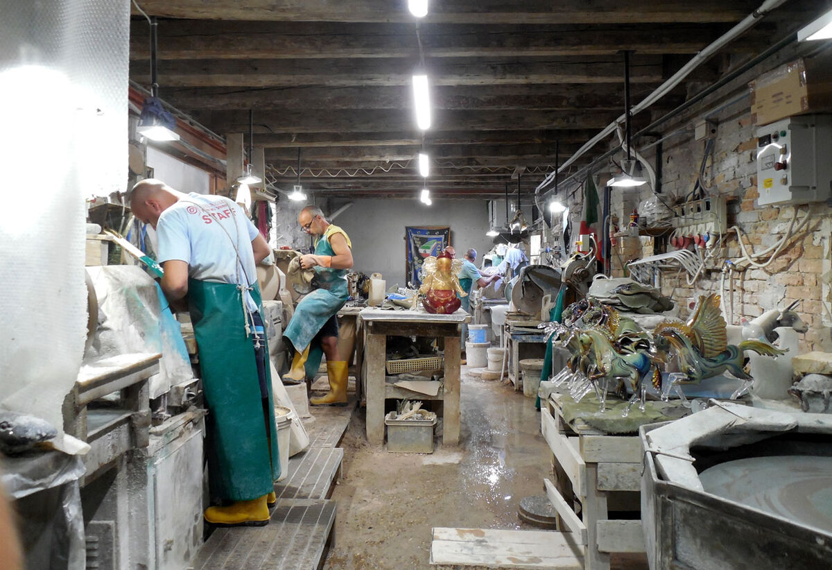 The finishing workshop at the Zanetti Murano furnace.