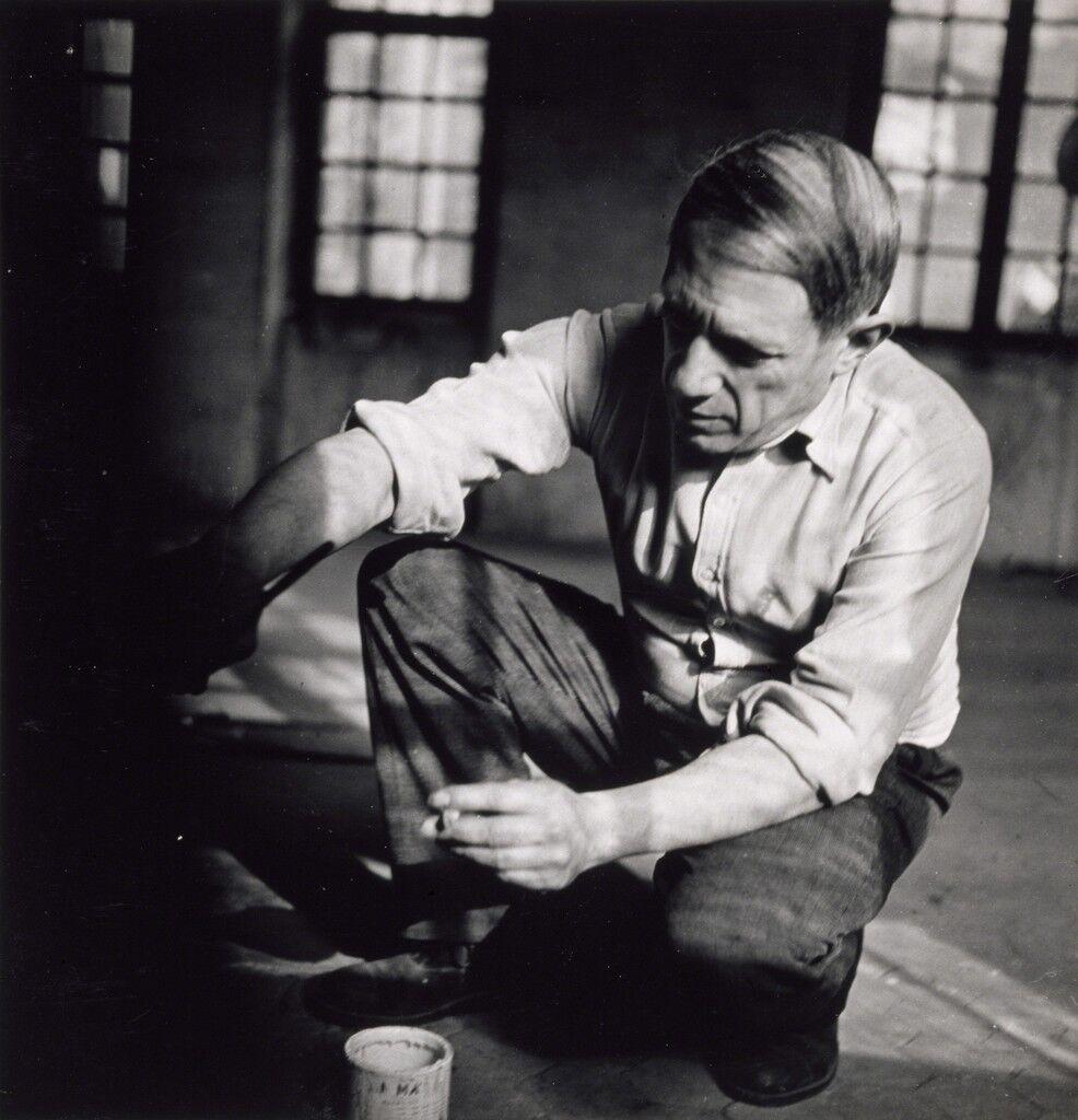 Picasso accroupi travaillant à Guernica