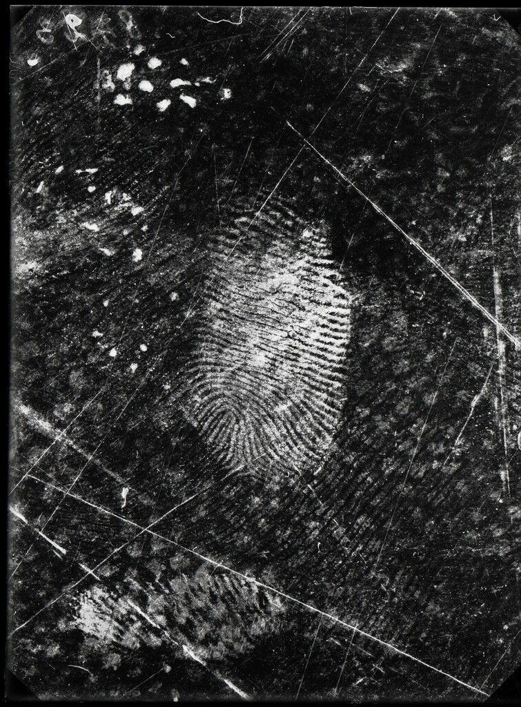 Empreintes digitales relevées sur une toile cirée, 25 novembre 1915, Grand-Chêne, Lausanne, Vaud.