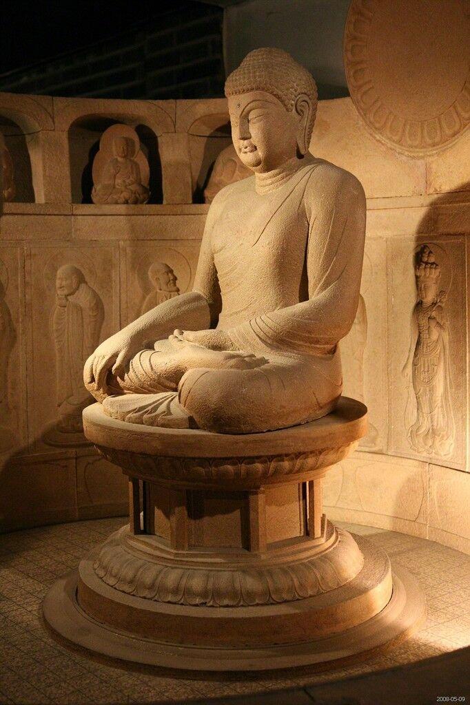Sentado Buda Shakyamuni, con las manos en Bhumisparsha mudra