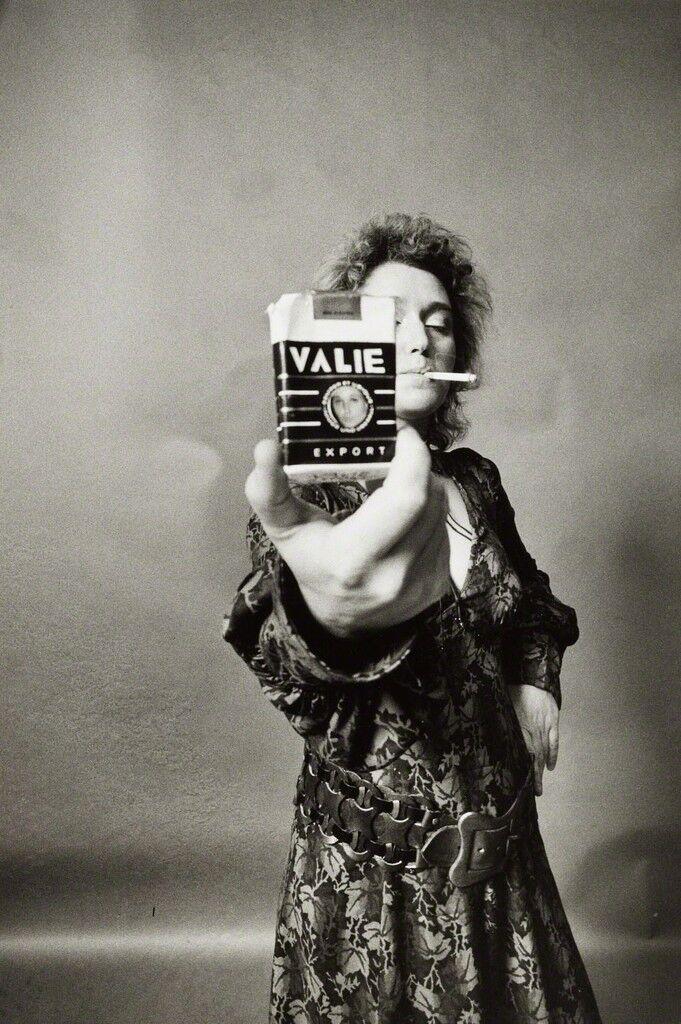ALIE EXPORT - SMART EXPORT. Selbstportrait mit Zigarette [VALIE EXPORT - SMART EXPORT. Self-portrait with cigarette kit]
