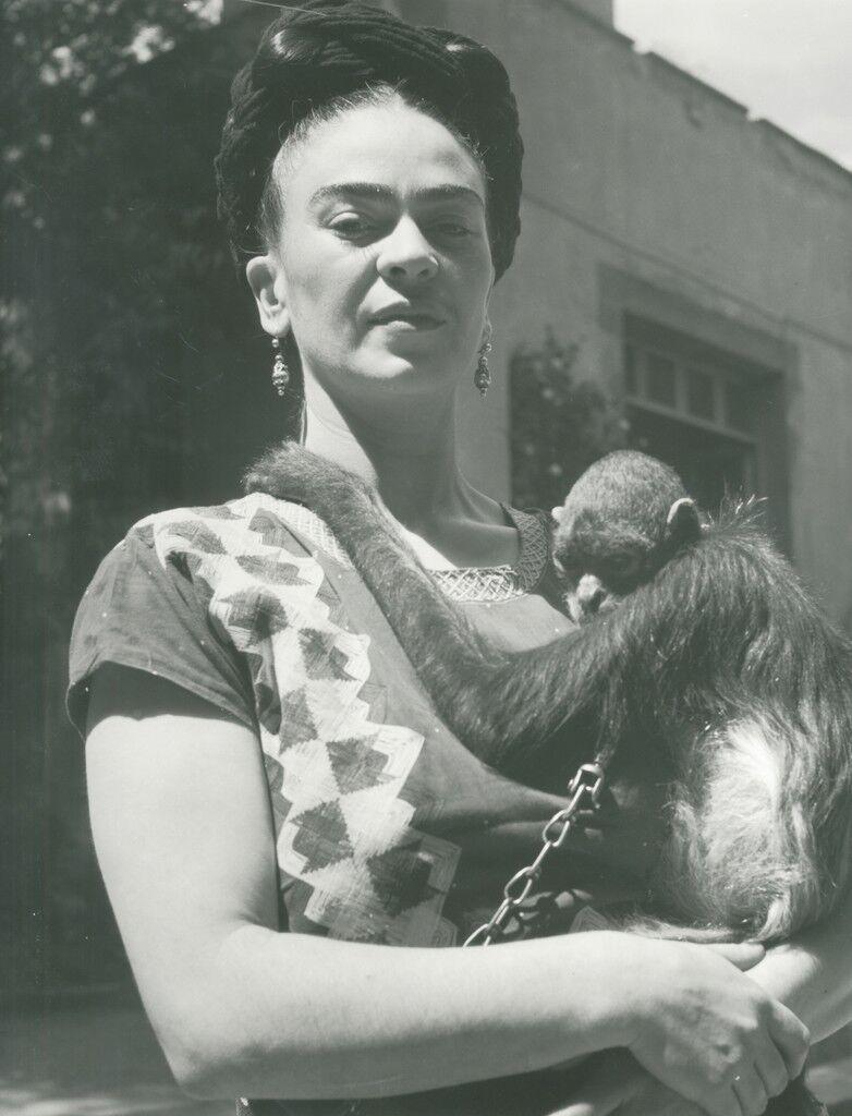 Frida frente a estudio con mono, Coyoacán